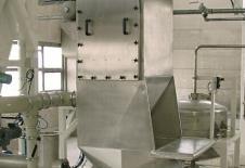 Tremuja buida sacs en inox amb filtre y base vibrant d'extracció