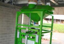 Estación de llenado de big bag con manguera de carga a granel.